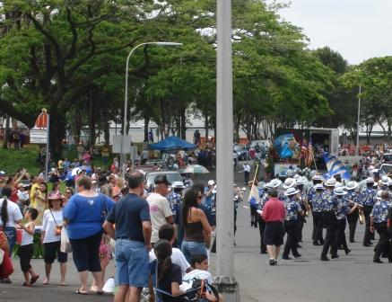 Crowds for Merrie Monarch parade